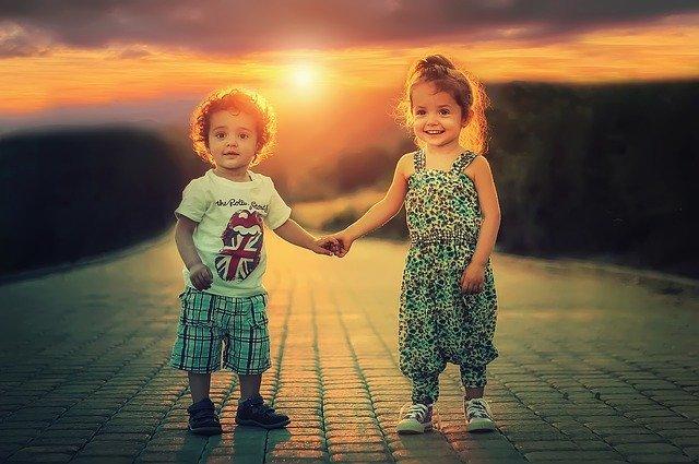 bambini-tramonto